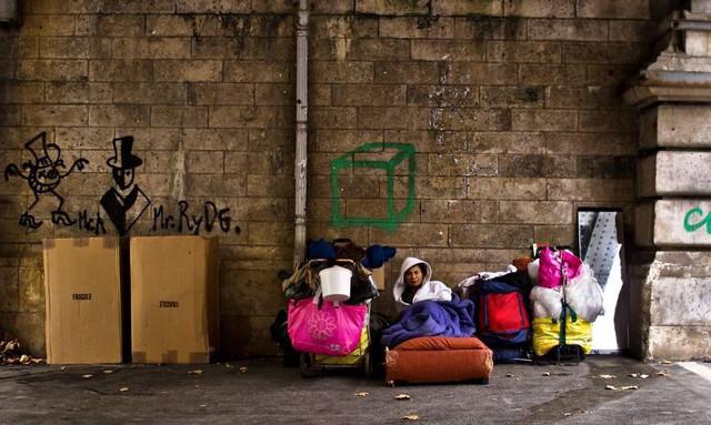 Một Paris rất khác: Không có ánh hào quang hoa lệ, người vô gia cư sống vạ vật, lay lắt trên những con phố bẩn thỉu ngập ngụa rác - Ảnh 6.