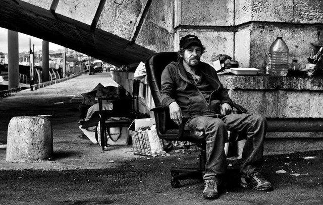 Một Paris rất khác: Không có ánh hào quang hoa lệ, người vô gia cư sống vạ vật, lay lắt trên những con phố bẩn thỉu ngập ngụa rác - Ảnh 7.