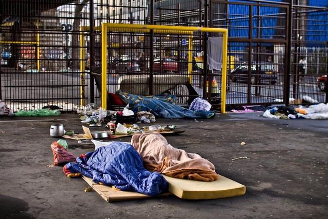 Một Paris rất khác: Không có ánh hào quang hoa lệ, người vô gia cư sống vạ vật, lay lắt trên những con phố bẩn thỉu ngập ngụa rác - Ảnh 8.