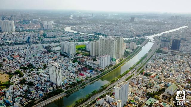 Toạ lạc tại số 278 – 283 Bến Vân Đồn, dự án Grand Riverside được phát triển bởi Công ty CP Đầu tư Địa ốc Tiến Phát. Dự án được xây dựng trên khu đất rộng 2.300m2, cao 22 tầng với quy mô 240 căn hộ. Dự án cũng đang trong quá trình bàn giao cho khách hàng.