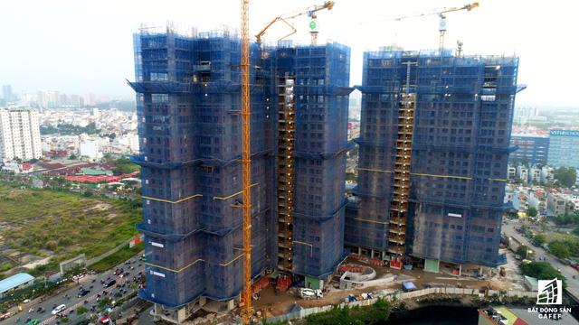 Nằm trên tuyến đường có nhiều dự án căn hộ cao cấp, tổ hợp Sunrise Riverside và Sunrise Cityview đang được Novaland đẩy mạnh tiến độ xây dựng.