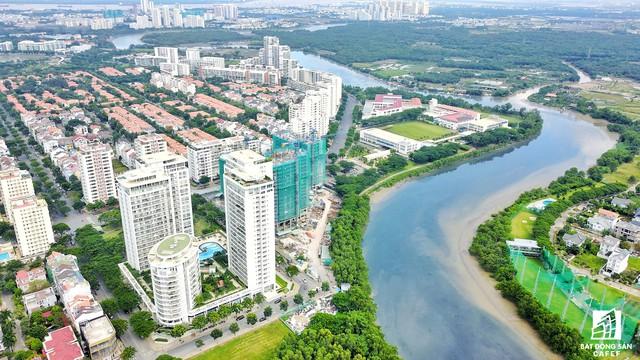 """Theo quan sát, trên trục đường Nguyễn Văn Linh dài khoảng 15km đang là căn cứ của cả trăm dự án căn hộ và khu dân cư, đặc biệt dự án """"chết lâm sàng"""" nhiều năm qua giờ đây đã bắt đầu tái khởi công để bán ra thị trường."""