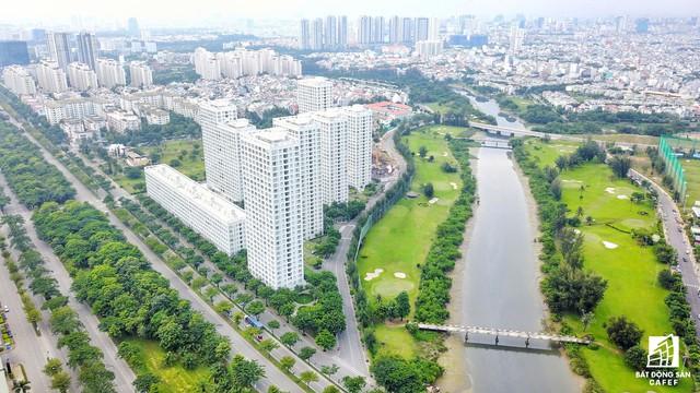 Đại lộ Nguyễn Văn Linh được thiết kế 10 làn xe, mảng xanh chuẩn quốc tế nên là điểm đến của nhiều nhà đầu tư địa ốc trong và ngoài nước.