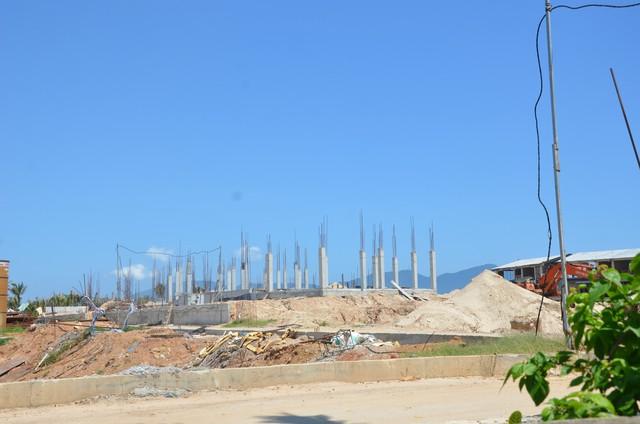 Ngày 9/1, nhân viên Đội quy tắc đô thị quận Ngũ Hành Sơn kiểm tra bất ngờ hiện trường dự án thì phát hiện có hàng chục công nhân tiếp tục thi công, một máy xúc vẫn đang vận hành đào đất.