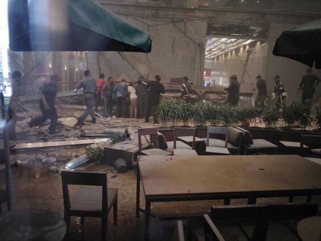 Sàn giao dịch chứng khoán Indonesia bị sập, hàng chục người bị thương - Ảnh 2.