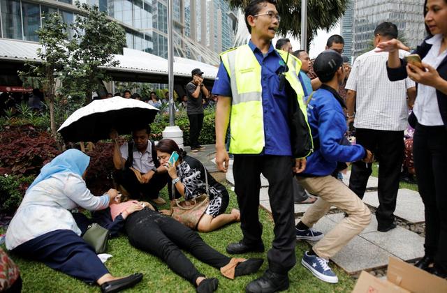 Sàn giao dịch chứng khoán Indonesia bị sập, hàng chục người bị thương - Ảnh 1.