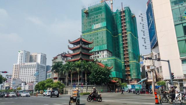 Dự án Newton Residence tọa lạc ngay trên hai mặt tiền hai con đường Nguyễn Trọng Tuyển và Trương Quốc Dung, được cất nóc trong tháng 11/2017.