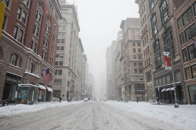 Bão mạnh, tuyết rơi dày cùng nhiệt độ âm khoác lên mình thành phố New York một tấm áo mới màu trắng lạnh giá. Thời tiết cực đoan khiến thành phố sầm uất, náo nhiệt trở nên hoang vắng khác thường.