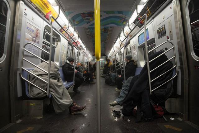 Với những người khác, thời tiết lạnh giá khiến họ phải mang cả chăn để dùng khi đi tàu điện ngầm.