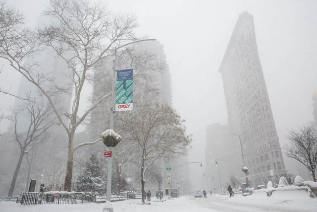 Bão tuyết khiến tầm nhìn bị hạn chế trong khi tuyết rơi dày bao phủ đường phố, cây cối hay cả những tòa nhà. Những công trình biểu tượng của thành phố cũng trở nên khác biệt trong trận bão tuyết khiến khu vực bờ Đông nước Mỹ lạnh hơn sao Hỏa.