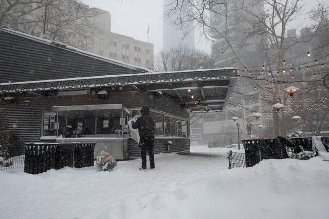 Hàng quán cũng trở nên vắng hoe trong thời tiết giá lạnh.