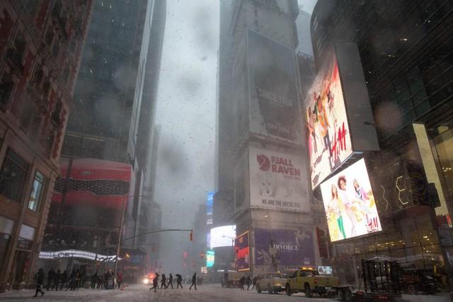 Quảng trường Thời đại danh tiếng tối hơn hẳn so với thường ngày. Rất nhiều bóng đèn ở khu vực này đã bị tắt trong trận bão tuyết kỷ lục.