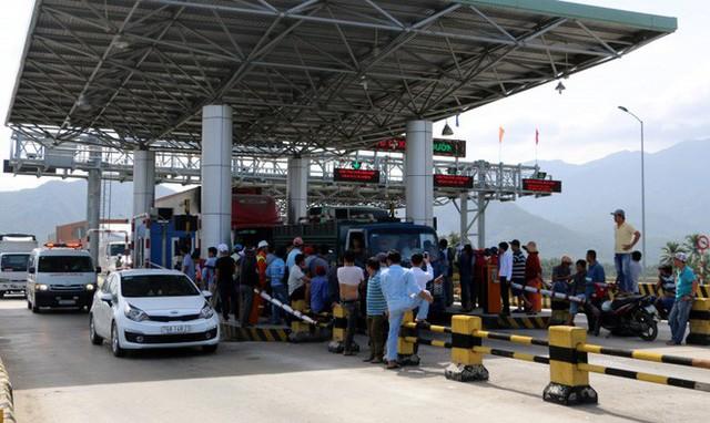 Hàng chục người tụ tập quanh trạm thu giá Ninh An để đòi được miễn giảm vé