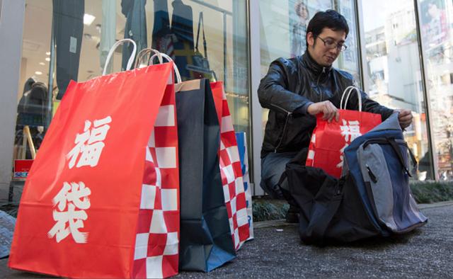 Túi Lucky Bag xuất hiện ngập tràn tại các của hiệu của Nhật Bản mỗi dịp đầu năm mới