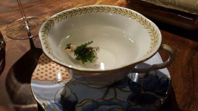 Món đầu tiên mà Hoptail được phục vụ có tên là Trà thiên đường, món trà ngon nhất mà cô có cơ hội được thử. Trong món trà này gồm có linh chi, vạn diệp, hoa cúc, nước chanh và hyssop, tất cả nguyên liệu này đều được thu hoạch từ nông trại của nhà hàng và được ngâm trong nước chanh meyer nóng.