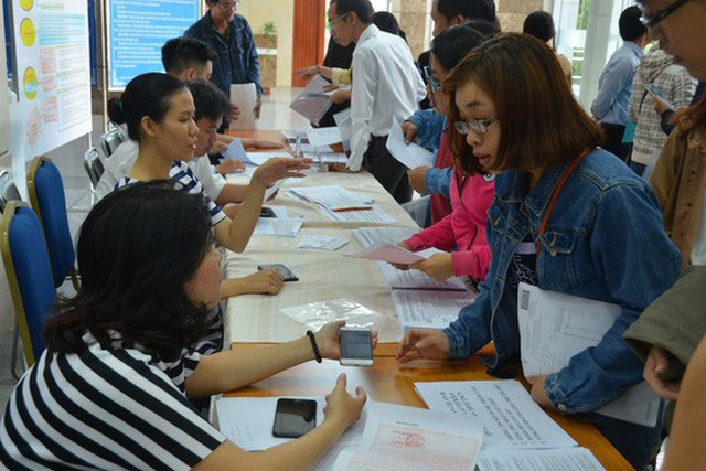 Cán bộ Cục Thuế TP HCM hướng dẫn người dân quyết toán thuế thu nhập cá nhân Ảnh: TẤN THẠNH