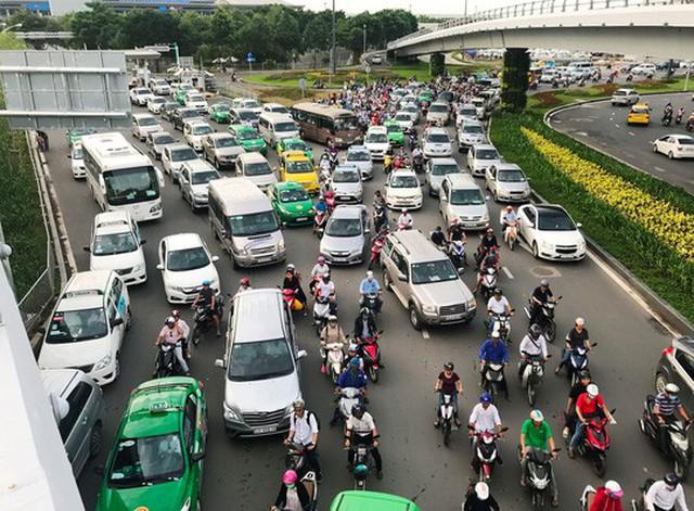 TP HCM đang chịu áp lực lớn bởi sự gia tăng ồ ạt ô tô vận tải Ảnh: GIA MINH