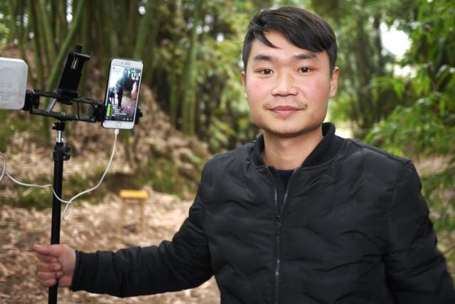 Live-stream của anh Lưu, một nông dân 26 tuổi ở Trung Quốc có hàng ngàn người xem mỗi ngày. Trang cá nhân của anh ta có gần 200.00 người theo dõi, chưa kể thu nhập vào khoảng 1500 USD/tháng.