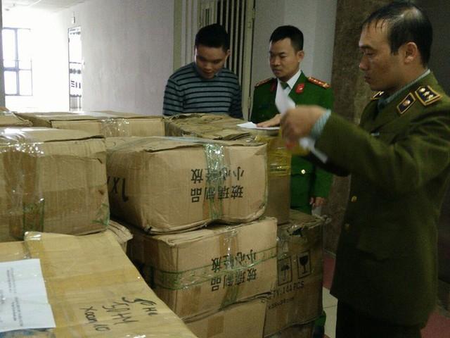Lực lượng chức năng niêm phong sản phẩm thuốc Đông y không có giấy phép lưu hành