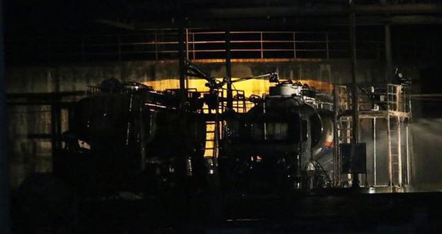 Ngọn lửa bùng phát từ hai xe bồn chứa nhiên liệu.