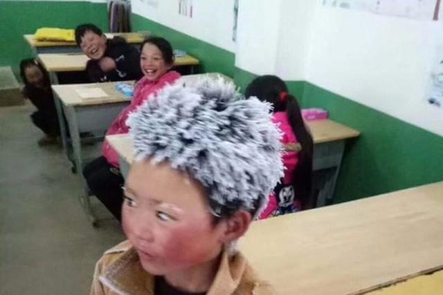 Tóc và lông mày của Wang đóng băng sau khi em đi bộ 4,5 km đến trường. Ảnh: Weibo