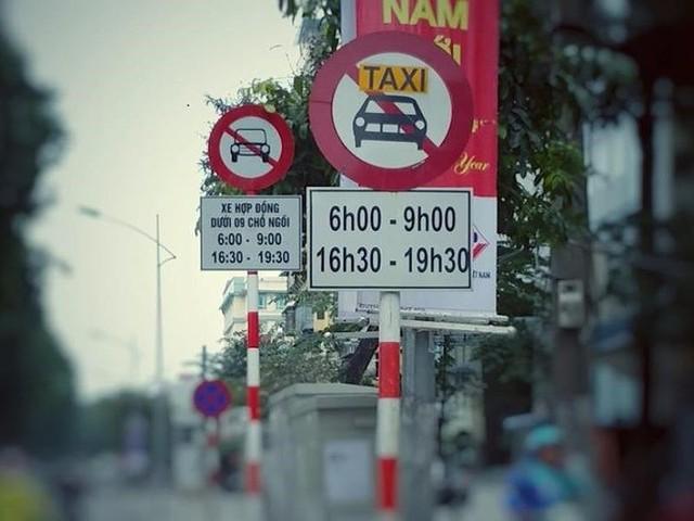 Các tuyến đường cấm taxi được bổ sung bảng cấm xe hợp đồng chín chỗ.