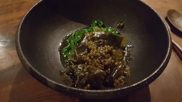 Món tiếp theo bao gồm rau bina bao tử, tảo bẹ nấu trong bơ tươi cùng với món trứng cá muối.