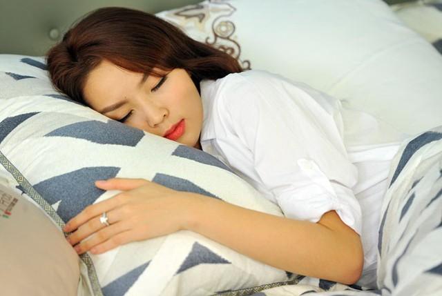Điểm mặt những thói quen ngủ sai lầm trong mùa đông gây hại tới sức khỏe - Ảnh 2.