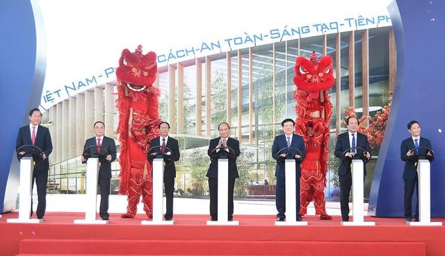 Thủ tướng Nguyễn Xuân Phúc (giữa) trực tiếp nhấn nút khởi công nhà máy sản xuất ôtô Vinfast.
