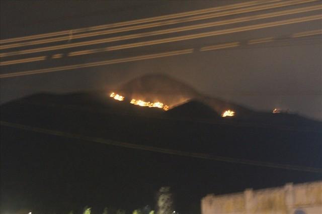 Cháy lớn trên núi, chủ tịch phường vừa ngồi quán cà phê vừa đuổi báo chí - Ảnh 1.
