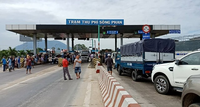 Tài xế dừng xe phản đối, BOT Sông Phan xả trạm - Ảnh 1.
