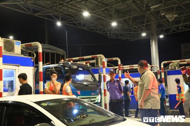 Tài xế cố thủ 2 tiếng tại trạm, BOT T2 Cần Thơ - An Giang quyết không xả cửa - Ảnh 1.