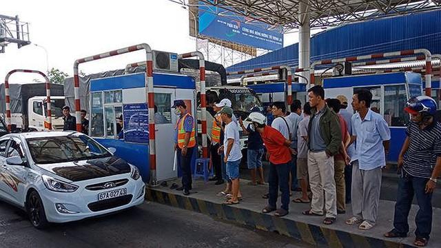 Cắm biển cấm dừng xe quá 5 phút để tránh tắc trạm thu phí dịp Tết  - Ảnh 1.