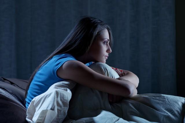 Giới trẻ đang đối mặt với nhiều vấn đề sức khỏe bởi thói quen ôm thiết bị điện tử vào thời điểm này - Ảnh 1.