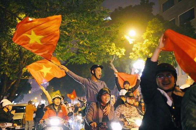 Việt Nam thắng, ai ai cũng muốn đổ ngay ra đường để ăn mừng - có lý giải khoa học cả đấy! - Ảnh 1.