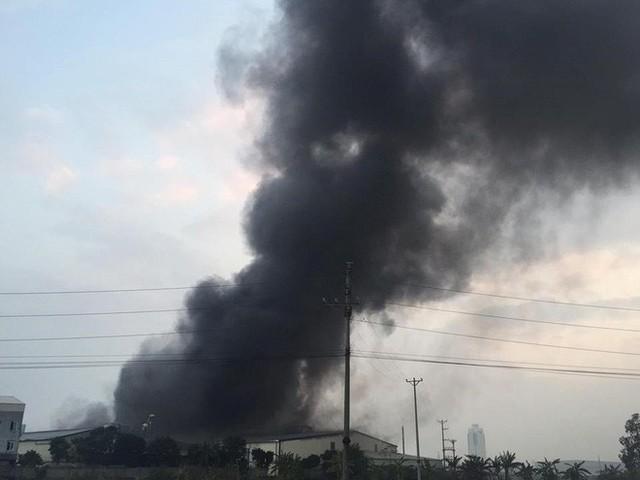 Cháy lớn kinh hoàng, khói bốc cao hàng chục mét tại Hải Dương - Ảnh 1.