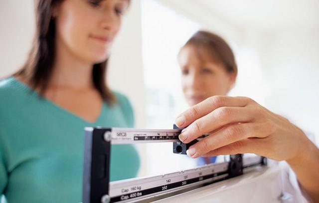 Nếu thấy mình cứ tăng cân mà không thể giảm thì bạn hãy cẩn trọng vì có thể mắc 1 trong 5 bệnh này - Ảnh 1.