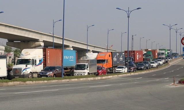 Chùm ảnh: Kẹt xe kinh hoàng ở cảng Cát Lái - Ảnh 1.