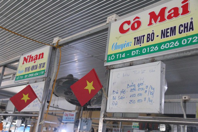 Tiểu thương Đà Nẵng treo quốc kỳ khắp chợ, nghỉ bán sớm để cổ vũ cho đội tuyển U23 Việt Nam - Ảnh 2.
