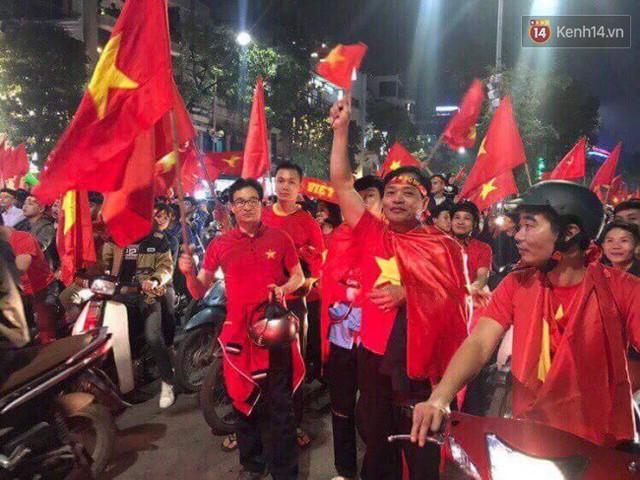Phó Thủ tướng Vũ Đức Đam hoà vào dòng người chúc mừng đội tuyển U23 Việt Nam giành vé vào chung kết - Ảnh 1.