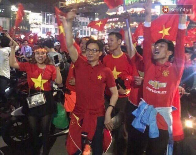 Phó Thủ tướng Vũ Đức Đam hoà vào dòng người chúc mừng đội tuyển U23 Việt Nam giành vé vào chung kết - Ảnh 2.
