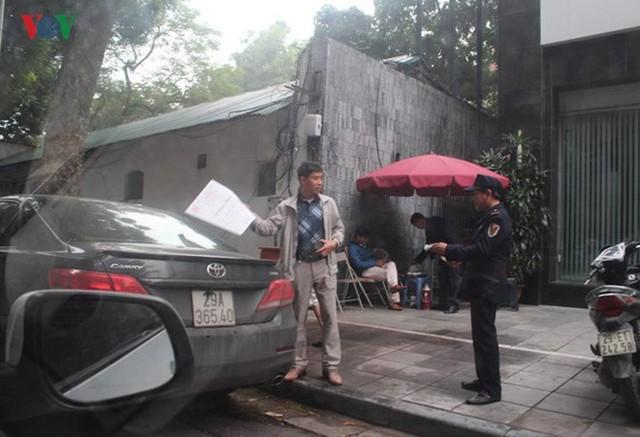 Xe đỗ dưới lòng đường bảo vệ tòa nhà thu tiền giữ xe 30.000 đồng.