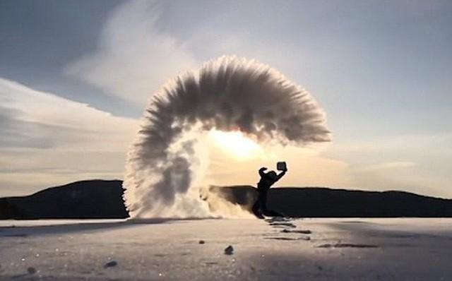 Nước đóng băng tuyết ngay trên không trung ở Canada.