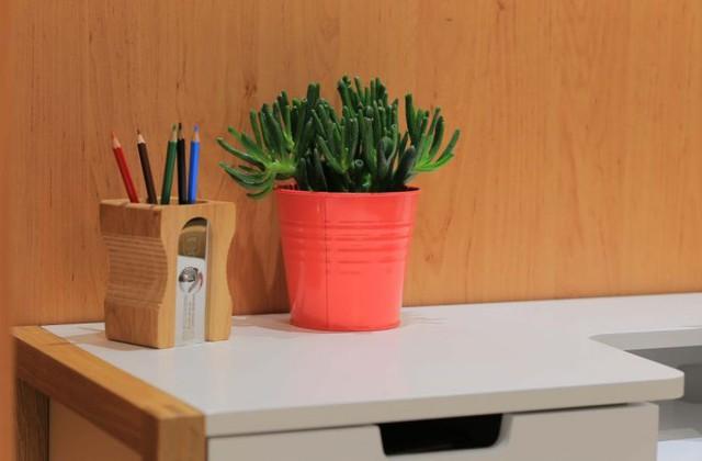 Nội thất gỗ được sử dụng khá nhiều trong nhà mang đến không gian thân thiện mà ấm cúng.