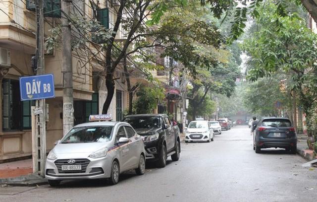Tại Khu Đầm Trấu, quận Hai Bà Trưng, nhiều xe ô tô né phí cao đỗ khắp trong các dãy nhà.