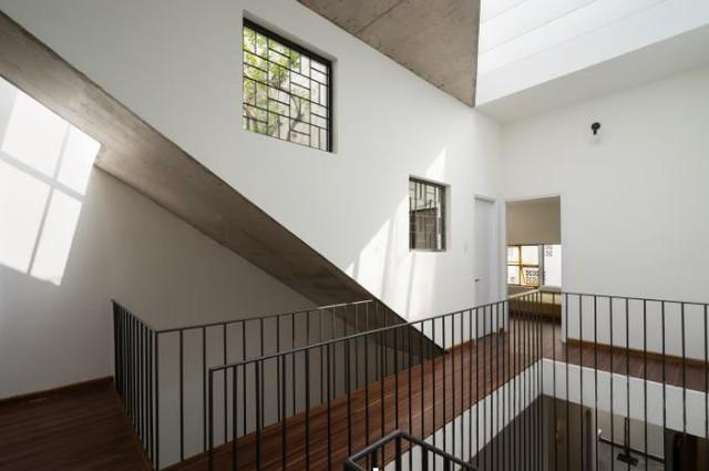 Không giống như những căn nhà thông thường, toàn bộ lan can cầu thang của ngôi nhà này đều được làm bằng những thanh thép vừa rẻ đẹp lại khiến không gian thông thoáng hơn.