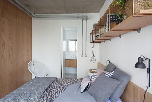 Cũng với tông màu trung tính giản dị, không gian nghỉ ngơi được thiết kế đơn giản nhẹ nhàng với chăn, ga, gối màu ghi kết hợp hài hòa cùng nội thất gỗ.