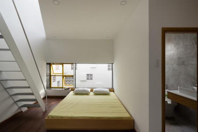 Không gian nghỉ ngơi đẹp với nhà vệ sinh khép kín trên tầng 2 ngôi nhà.