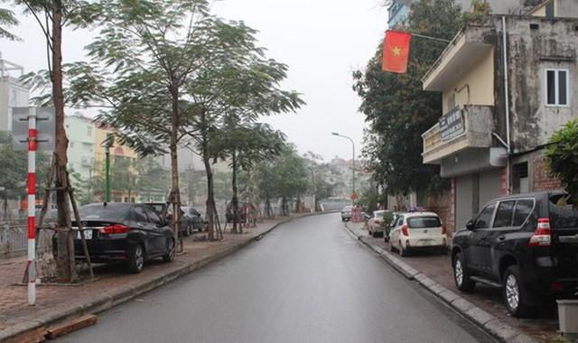 Vỉa hè hai bên tuyến phố gần cầu khỉ phố Nguyễn An Ninh ô tô đậu đầy vỉa hè.