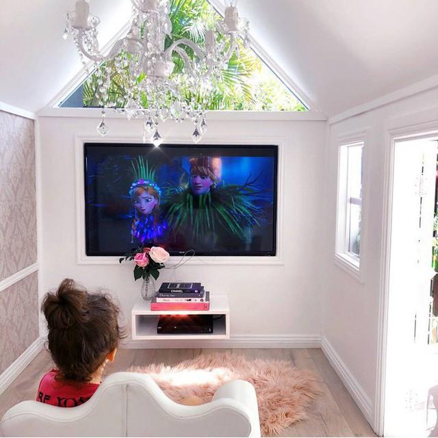Xem bộ phim Elsa yêu thích trong không gian riêng.